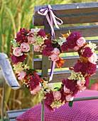 Herzförmiger Kranz mit Rosen, Hagebutten, Astern, Hortensien