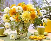Ein Blumenstrauß mit Dahlien und Sonnenblumen