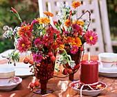 Sträusschen aus Chrysanthemen, Herbstastern und Hagebutten