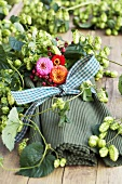 Table mats with bow, pompom dahlias and hops