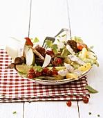 Salatteller mit Hähnchenbrust und Beeren