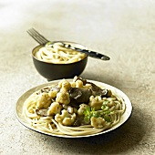 Spaghetti with cauliflower and mushroom sauce