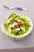 Spinach salad with chanterelles and Parmesan