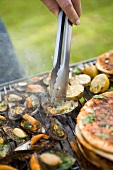 Barbecuing mussels and pita bread
