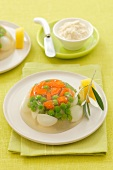 Quails' eggs, carrots and peas in aspic