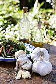 Knoblauch vor Salatteller