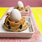 Frühstücksei in einem selbstgebackenen Eierbecher