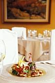 Corona de Ensalada de Iberico (Salatteller mit Iberico-Schinken, Restaurant Aigua Blava, Costa Brava, Spanien)