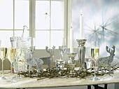 Weihnachtstisch mit silberner Deko und Sekt