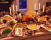 Weihnachtstisch mit gebratenem Truthahn und vielen Beilagen