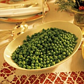 Eine Schale mit gekochten Erbsen am Weihnachtstisch