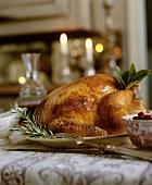 Gebratenes Hähnchen auf Weihnachtstisch