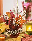 Strauss aus Erika und Herbstlaub