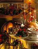 Weihnachtstisch mit Truthahn und Christmas Pudding