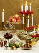 Weihnachtstisch mit Salaten und Beilagen