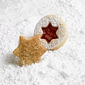 Cinnamon star and Linzer biscuit on icing sugar