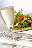 Salatteller und ein Glas Sekt