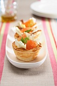 Cestini (puff pastry cakes with salmon and fennel)
