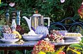 Gedeckter Teetisch im herbtslichen Garten