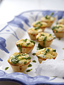 Mini quiches with spinach, sheep's cheese and rocket pesto