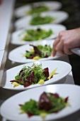 Salatteller in einer Restaurantküche