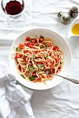 Linguine al pomodoro crudo (pasta with cold tomato sauce)