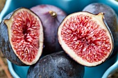 Fresh figs in a heart-shaped dish (close-up)