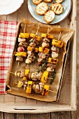 Barbecued skewers of loin pork, sweetcorn and shallots (view from above)