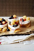 Crostini topped with goat's cheese and berries