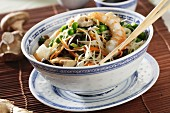 Noodles with prawns and shiitake mushrooms (China)