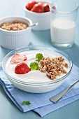 Yoghurt with cereal clusters and strawberries