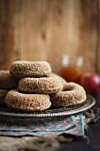 Apfelwein-Doughnuts, gestapelt