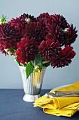 Blumenstrauss mit dunkelroten Dahlien
