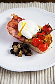 Toast with ham, poached egg and grilled tomatoes