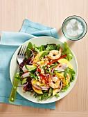 Bunter Salatteller mit Hähnchen, Mango und Garnelen