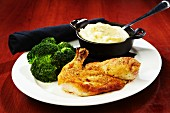 Roast chicken with mashed potatoes and broccoli