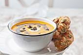 Kürbissuppe mit Creme fraiche, Kürbiskernöl und Kürbiskernen