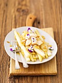 White asparagus with garlic and pansies