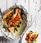 Salmon steak with tomatoes and baby spinach cooked avenue foil (low carb)