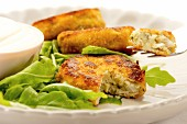 Fish cakes with rocket and a sour cream dip