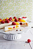 Cheesecake with peaches, raspberries and grated chocolate