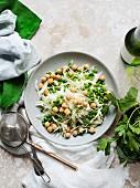 Salatteller mit Weißkohl und Erbsen