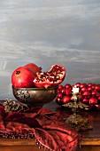Granatäpfel auf einem Weihnachtstisch