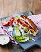 A bacon sandwich with lettuce and tomatoes (BLT)