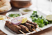 Seekh kabab with onion and lemon (meat skewers, India)