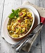 Gratinated tortellini with a creamy ham sauce and basil