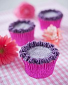 Cupcakes with blackcurrant cream and sugar