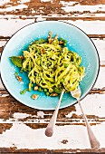 Courgette noodles with avocado pesto and peas