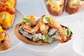 Crostino with pesto cream and garlic prawns