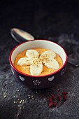 A smoothie bowl with goji, bananas and sesame seeds